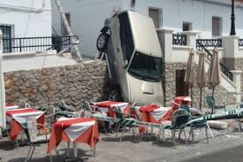 A CAR HAS CRASHED INTO A TERRACE OF LAS CHINAS RESTAURANT AFTER ITS BRAKES STOPPED WORKING.